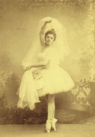 "Pierina Legnani as Raymonda in the ""Une fantaisie"" variation (1898)"
