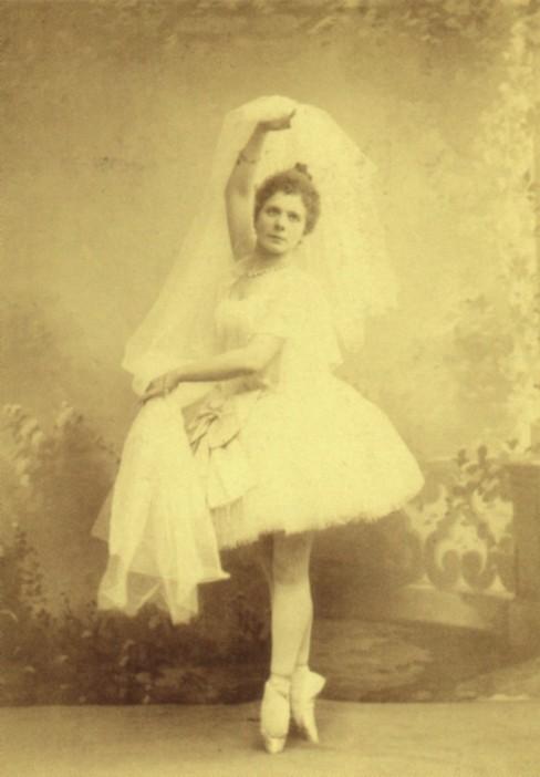 "Pierina Legnani as Raymonda in the ""Une fantaisie"" variation (1898)"