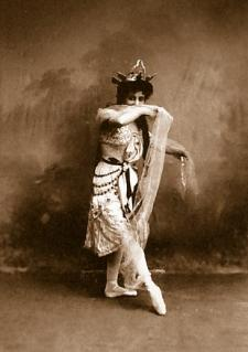 Ekaterina Ofitserova in the Danse d'jampe (1900)