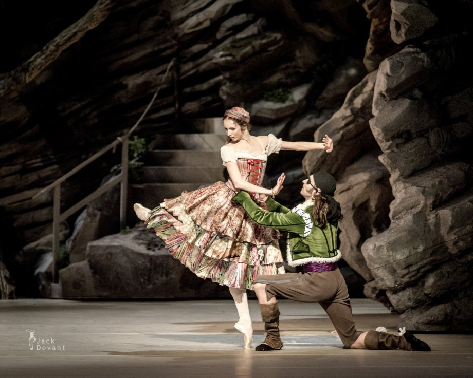 Daria Sukhorukova as Paquita and Cyril Pierre as Iñigo (2014), photo by Jack Devant©