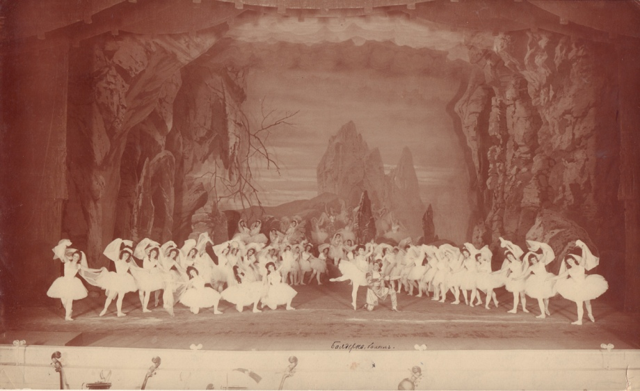 The Kingdom of the Shades in the 1900 revival: in the centre are Matilda Kschessinskaya as Nikiya and Pavel Gerdt as Solor. On the left are Vera Trefilova, Varvara Rykhliakova and Anna Pavlova as the Three Shades.