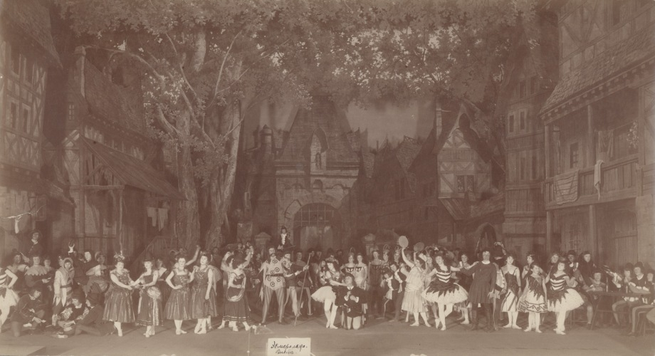 The cast of Act 1 in Petipa's final revival; in the centre are Matilda Kschessinskaya as Esmeralda and Pavel Gerdt as Pierre Gringoire (1899)