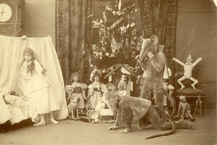 Stanislava Belinskaya as Clara and students of the Imperial Ballet School as mice (1892)
